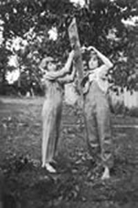 Bertha & Marie Huber hanging clothes on the clothesline in about 1922